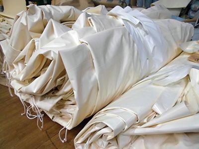 深澤製帆店の畳まれた大形テント